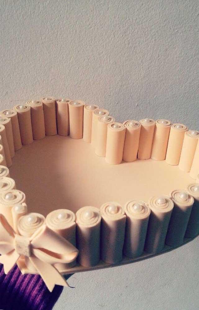 Modelo de cesta de EVA de coração, com laço também em EVA e acabamento em pérolas