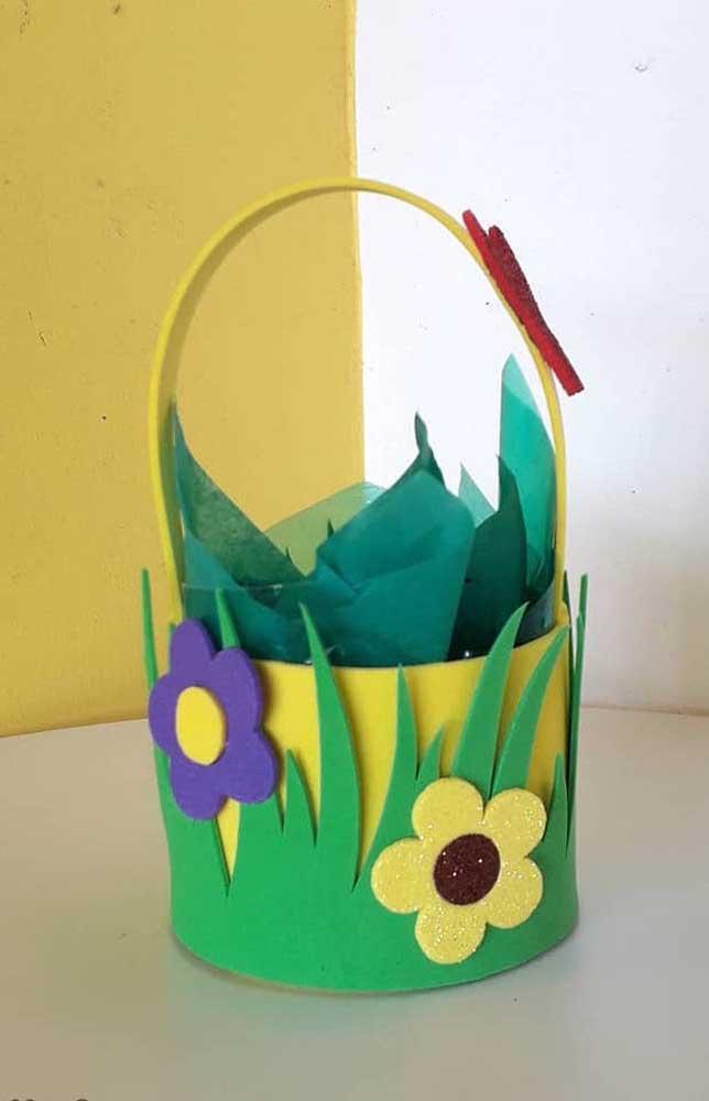 Inspiração de cesta de EVA com flores para presentear nas cores verde e amarela