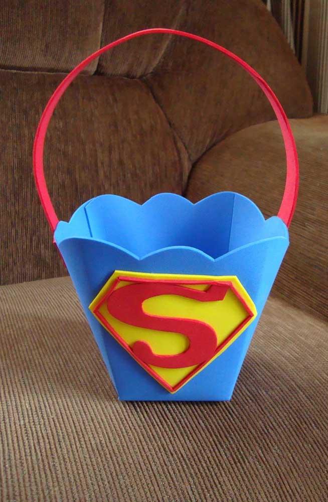Cesta de EVA personalizada para festas com decoração do Super Homem