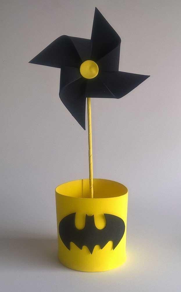 Um centro de mesa lindo com cata-vento em EVA e decoração do Batman
