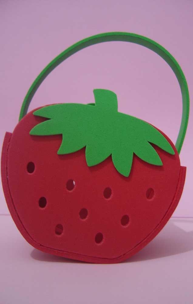 Inspiração de cesta de EVA em formato de fruta, perfeita para festas temáticas e lembrancinhas