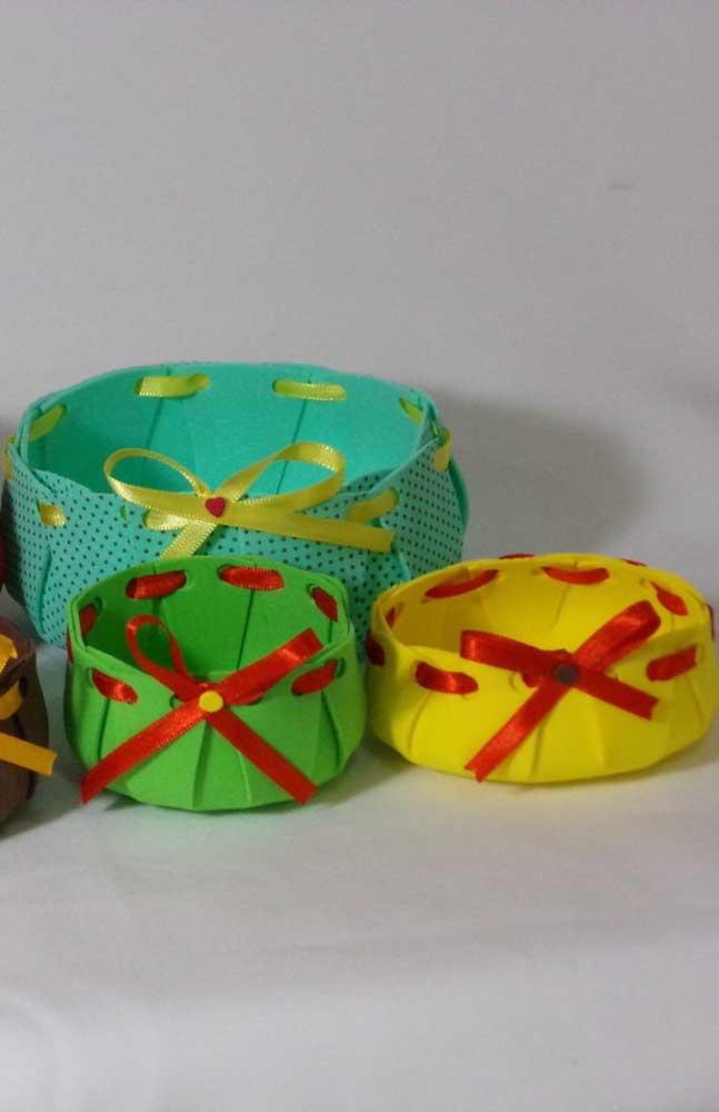 Modelos de cestas de EVA simples com fitas transpassadas nas bordas