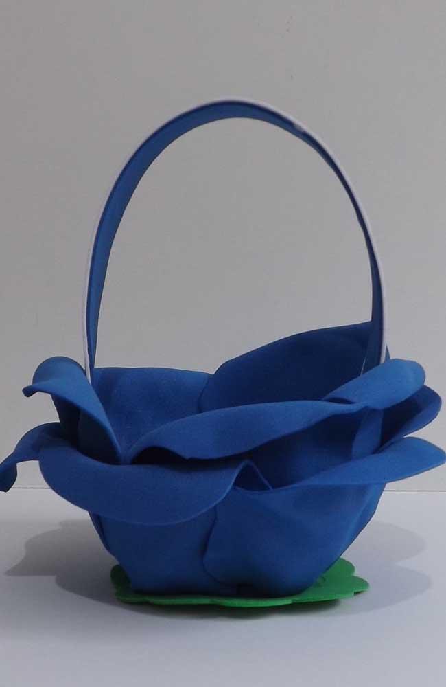 Aqui, a cesta de EVA simula uma rosa, linda opção!