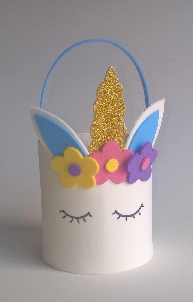 Cesta de EVA de unicórnio: o modelo pode ser usada como lembrancinha ou como decoração para festa infantil.