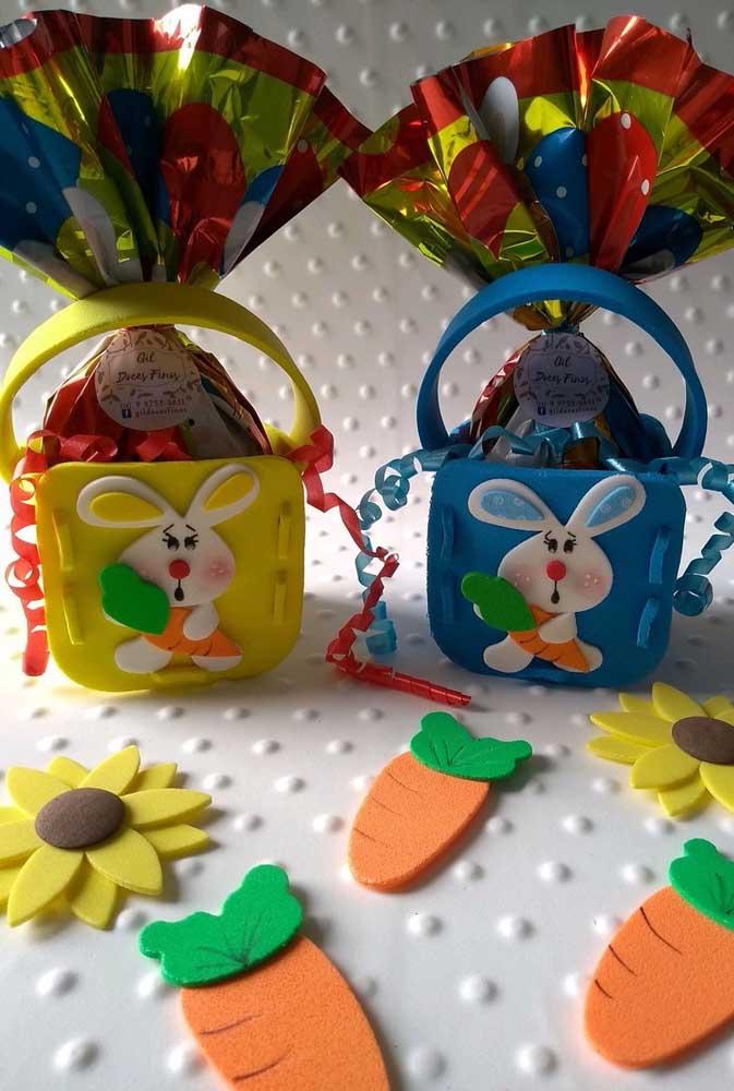 Cesta de EVA para ovos de Páscoa; destaque para os coelhinhos fofos que acompanham a peça