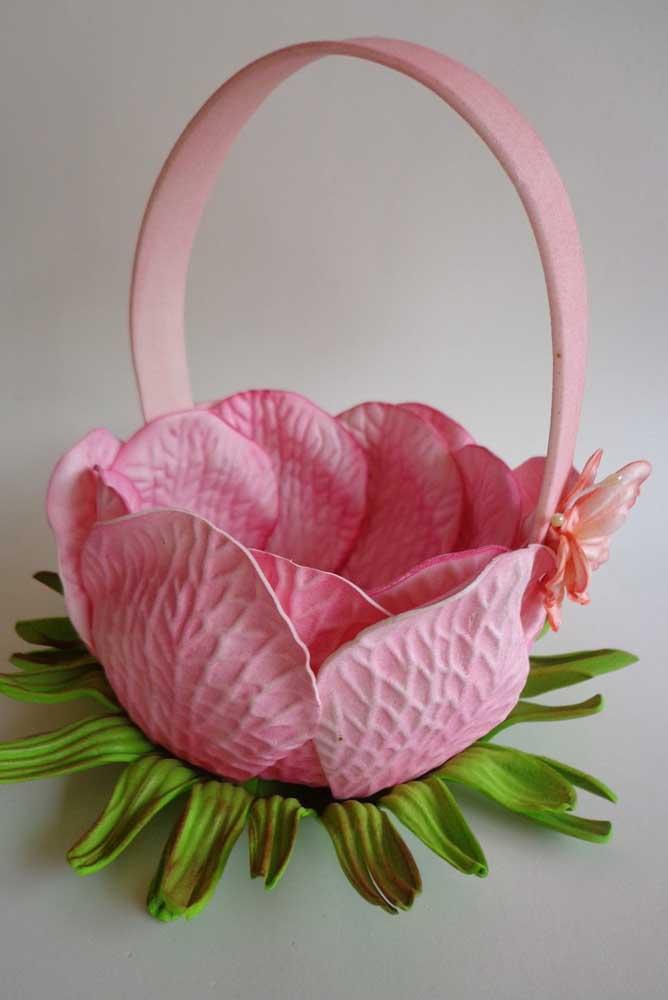 Cesta de EVA para o Dia das Mães com detalhes que simulam pétalas de rosas de verdade