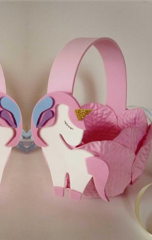 Cesta de EVA de unicórnio com base em pétalas de rosas
