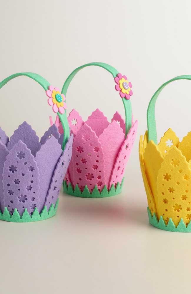 Uma opção super delicada para lembrancinhas: cestas de EVA coloridas com recortes em flores