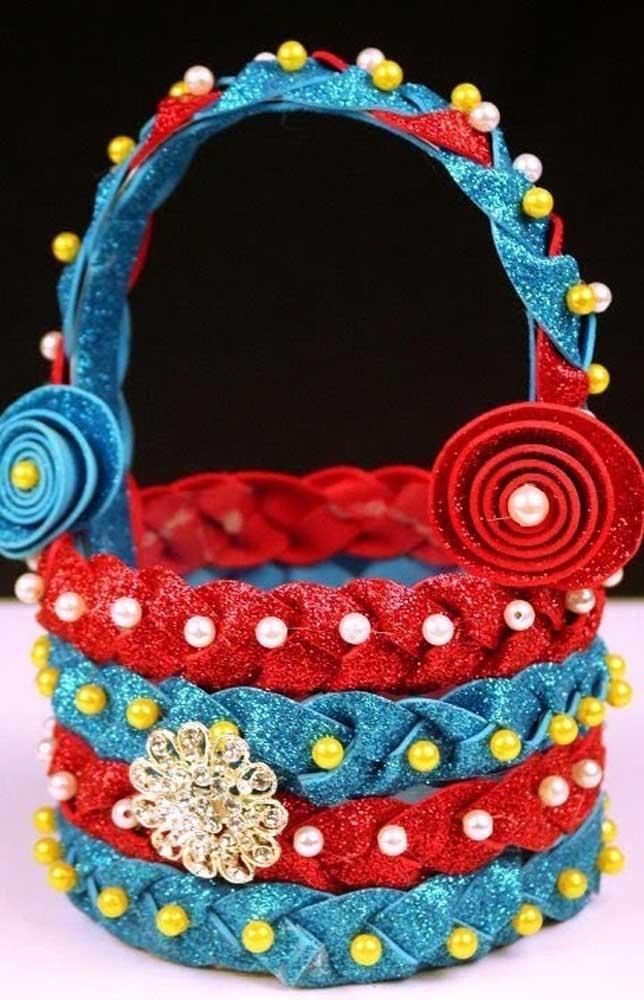 Um modelo super elaborado de cesta de EVA trançada em duas cores com contas e pérolas