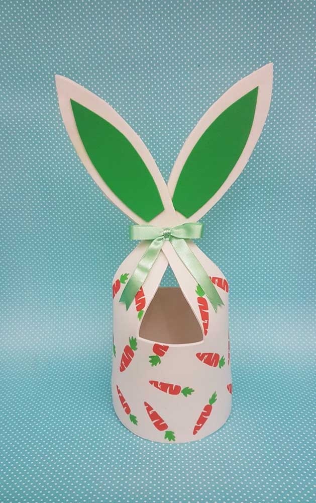 Modelo diferente de cesta de EVA com orelhas de coelho e estampada com cenouras