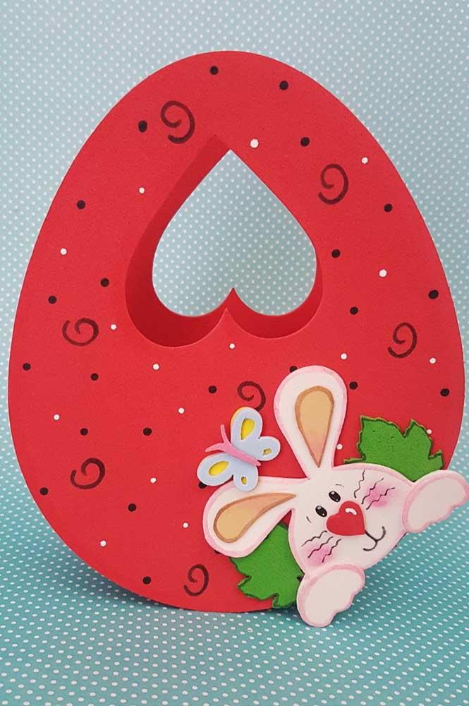 Cesta de EVA redonda para a Páscoa com coelho, também em EVA, e alça com recorte em coração
