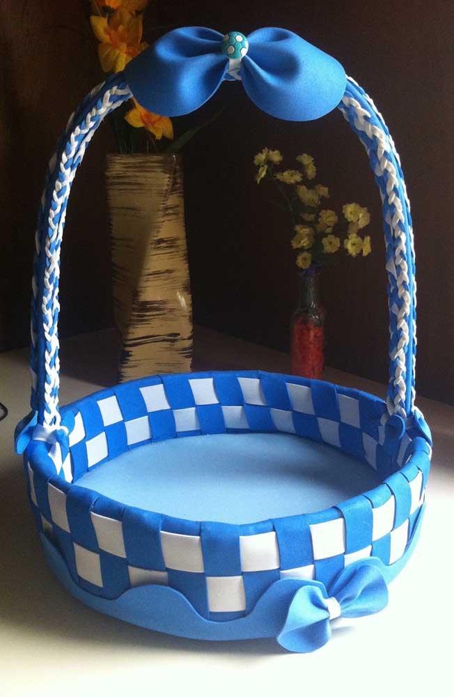 Modelo grande de cesta de EVA trançado em tons de azul e branco com alças feitas de tecido