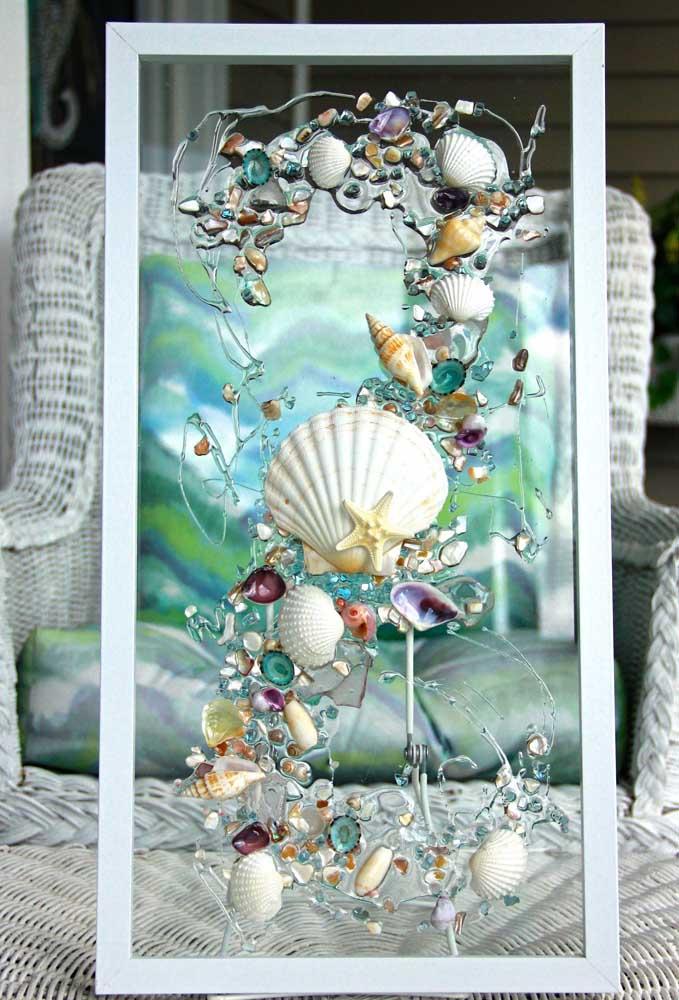 Quadro em vidro com decoração em conchas, perfeito para a casa de praia