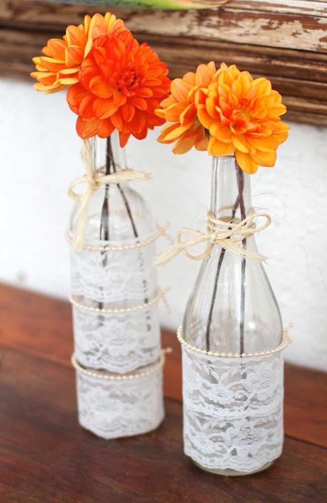 Mais uma inspiração linda para decoração de casamento: garrafas de vidro decoradas com renda e mini perolas