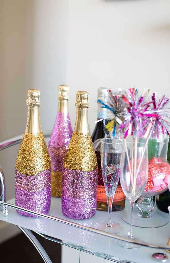 As garrafas de champanhe também podem entrar na brincadeira e ganhar uma decoração em glitter