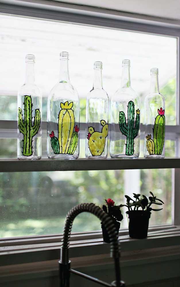 Garrafas de vidro decorativas com pintura de cactos: super irreverentes e modernas