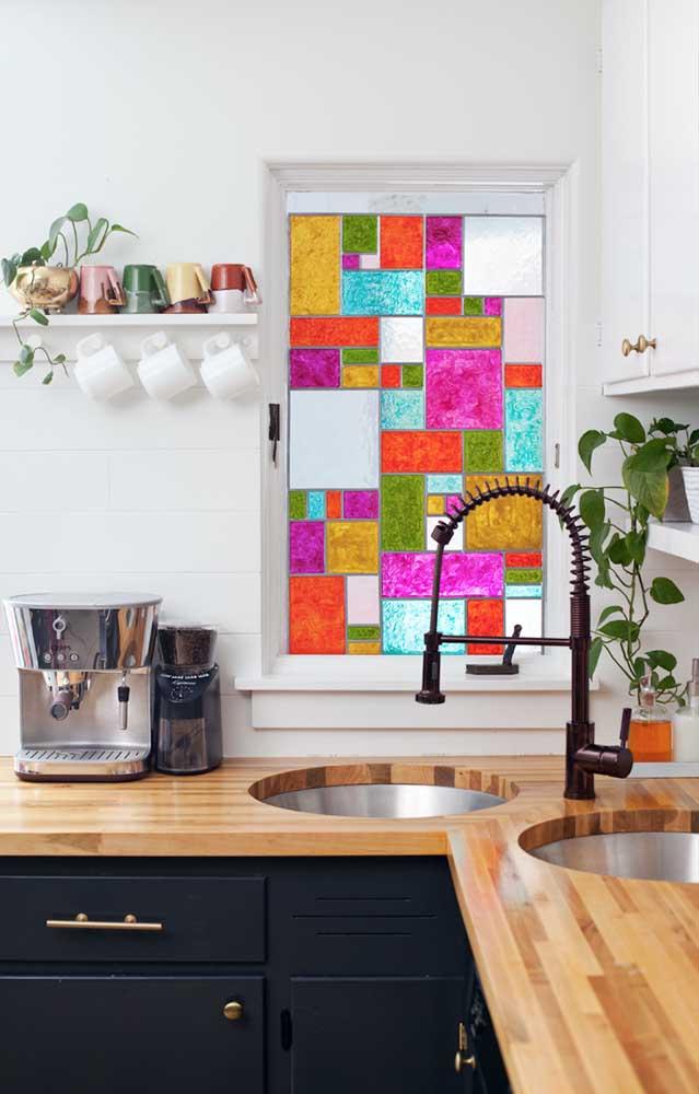 Janela de vidro decorada com mosaico colorido