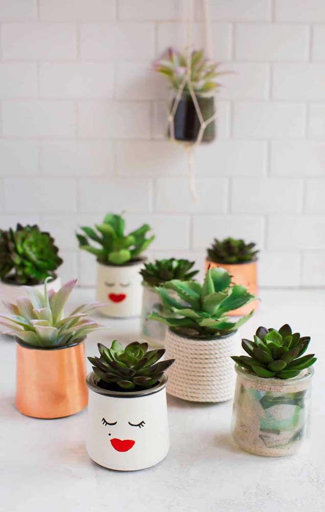 Potes de vidro decorados com técnicas diferentes para servir como vasos de plantas