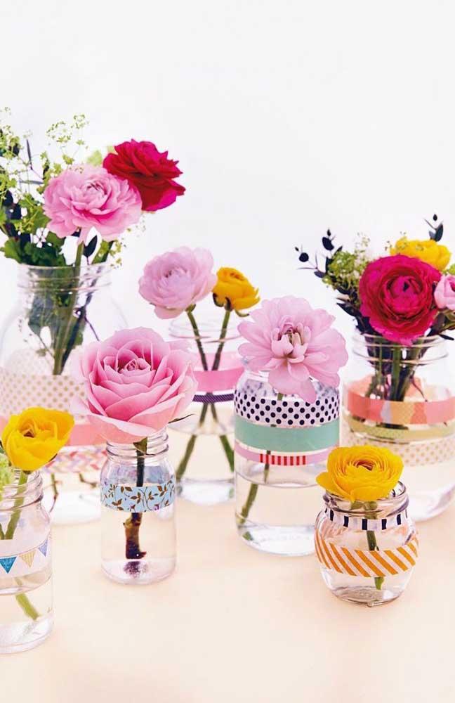 As flores coloridas ganharam lindos vasinhos feitos em potes de vidro decorado