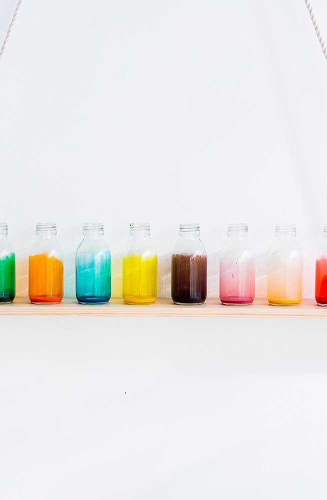 Potes de vidro coloridos decorados em escala de degradê; opção simples para mudar a decor da sua casa