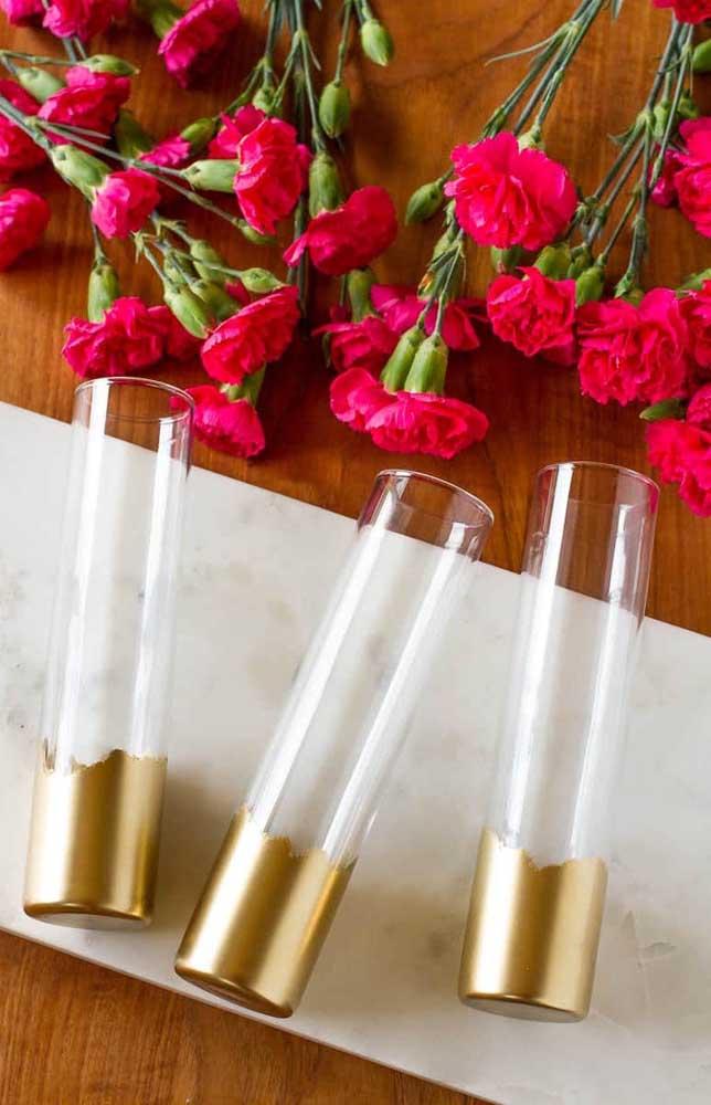 Vasos em vidro decorados com tinta dourada apenas na base, prontos para receber as mini rosas