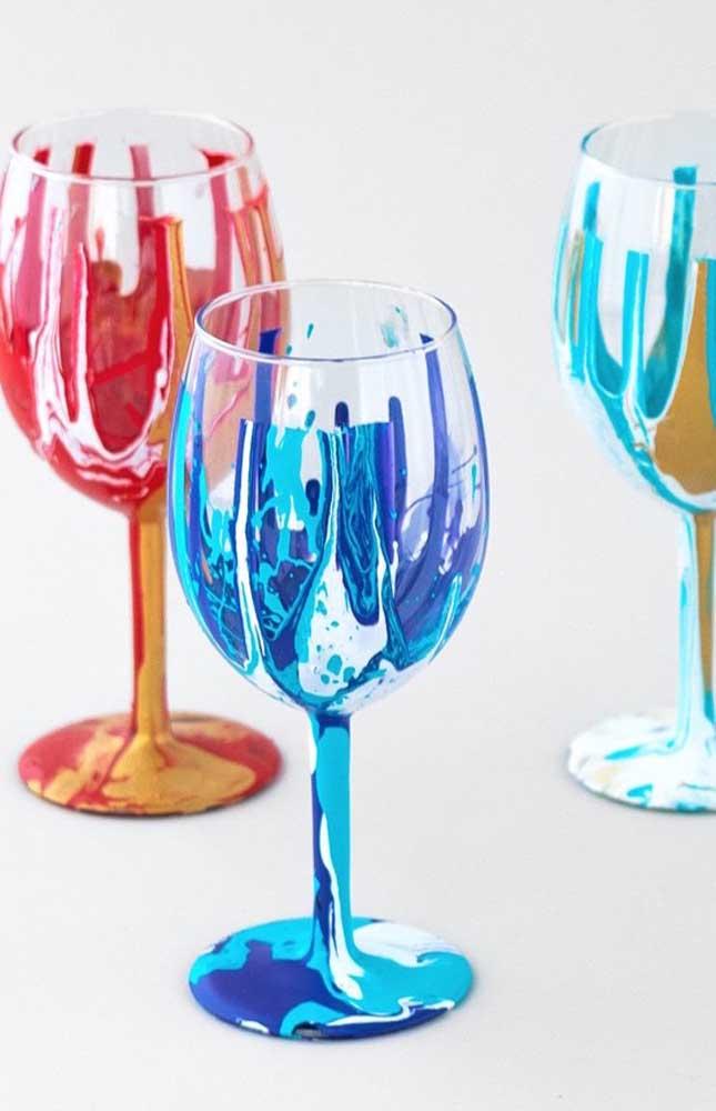 Linda inspiração de decoração para as taças de vidro com pintura diferenciada