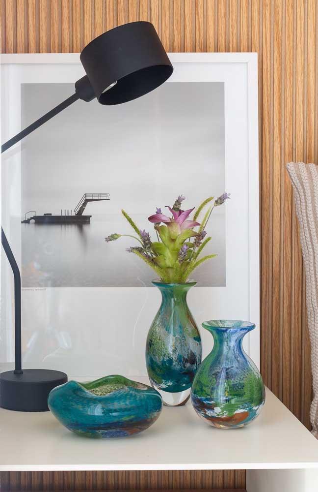 Os pequenos vasos em vidro ganharam decorações com tinta em tonalidades mescladas