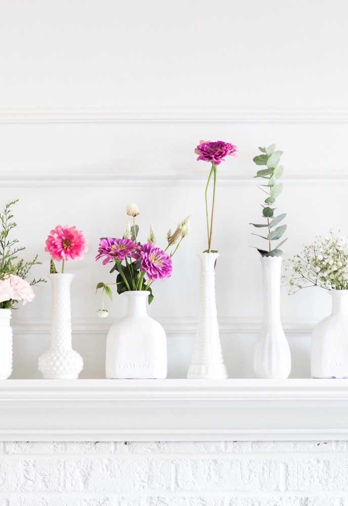 Aqui, os pequenos recipientes de vidro foram pintados de banco para aparentar vasos de cerâmica