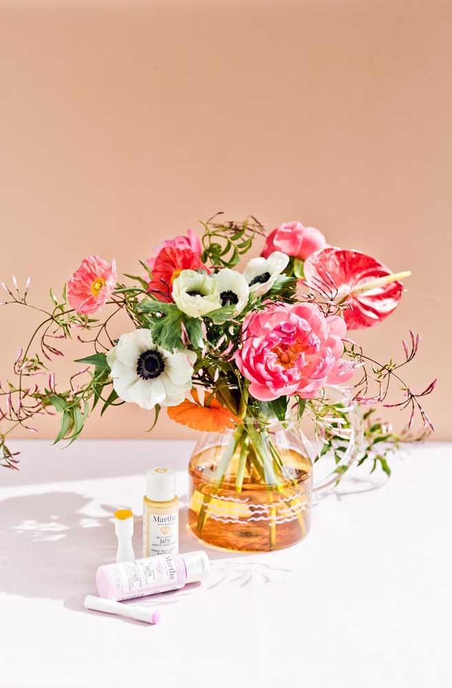 Vaso de vidro decorado para receber as flores variadas
