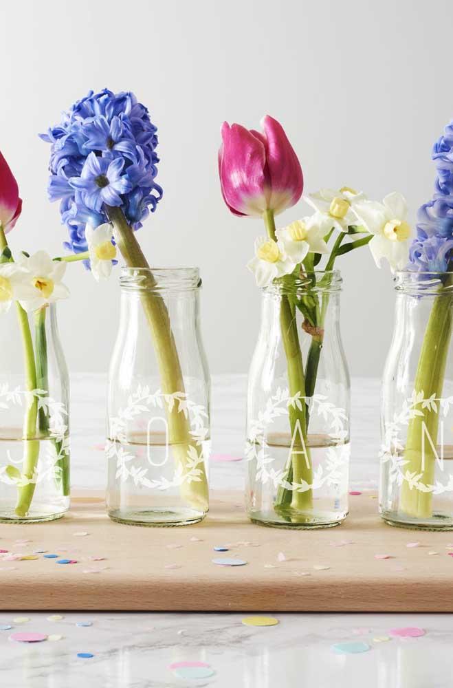 Muito charmosas essas garrafinhas de vidro decoradas com letras