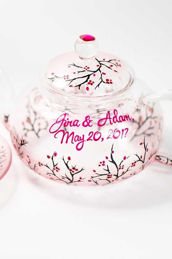 Pote em vidro graciosamente decorado com flores de cerejeira