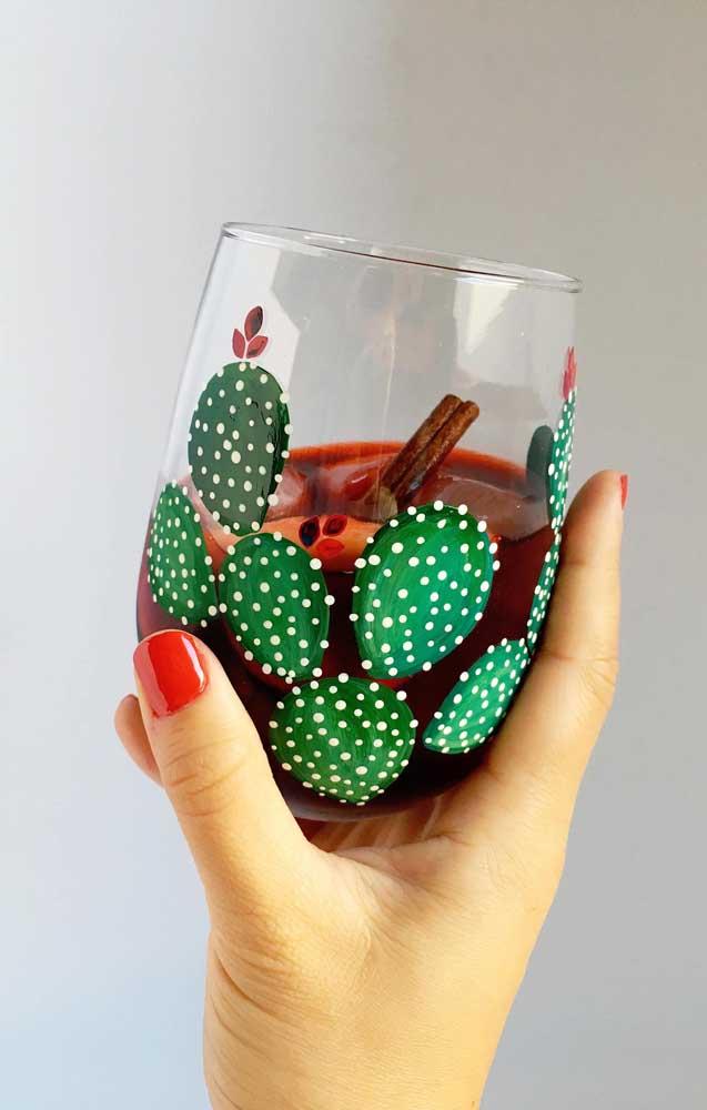Lindo copo de vidro decorado com pintura de cacto; lembre-se de usar tinta especifica para o material