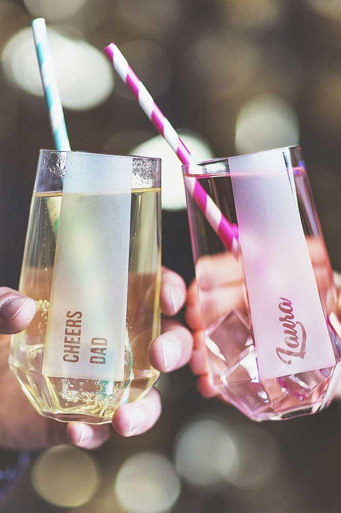 Copos de vidros decorados e personalizados para a festa