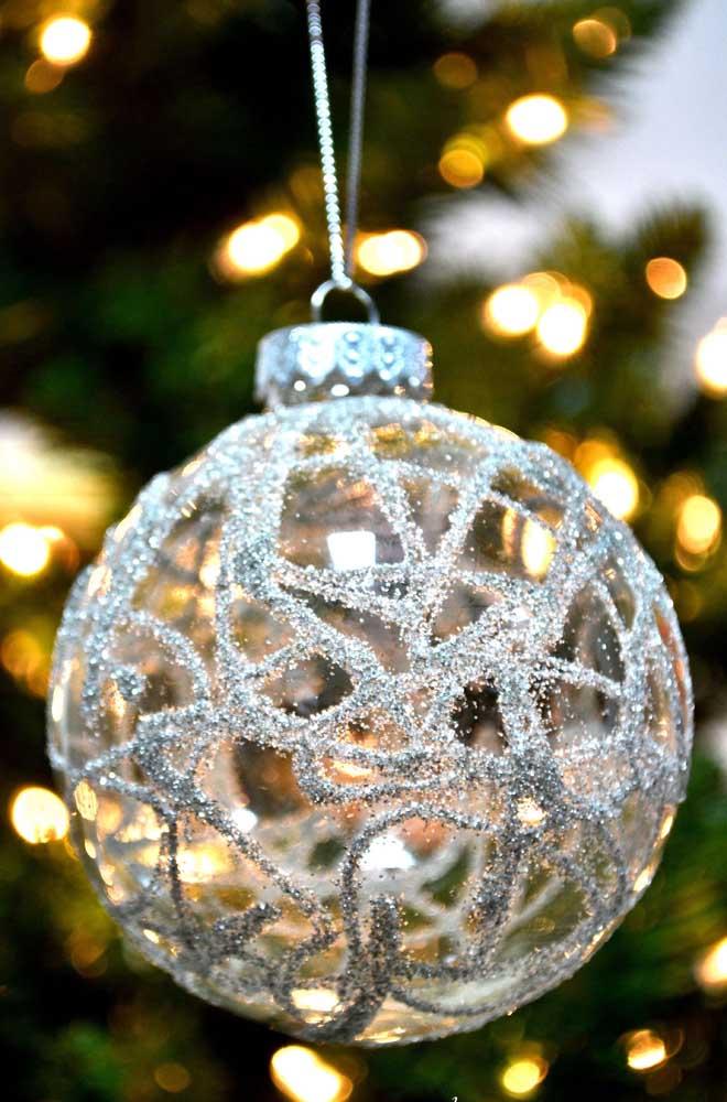 A bola de vidro decorada com glitter para o natal
