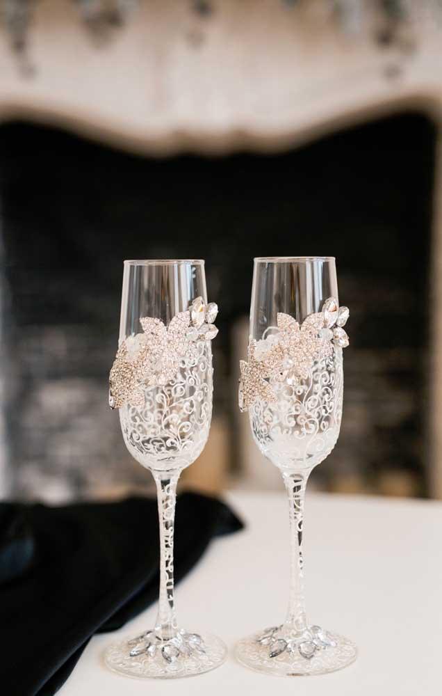 As taças de vidro do casamento ficaram muito elegantes com a aplicação de renda e pedrarias