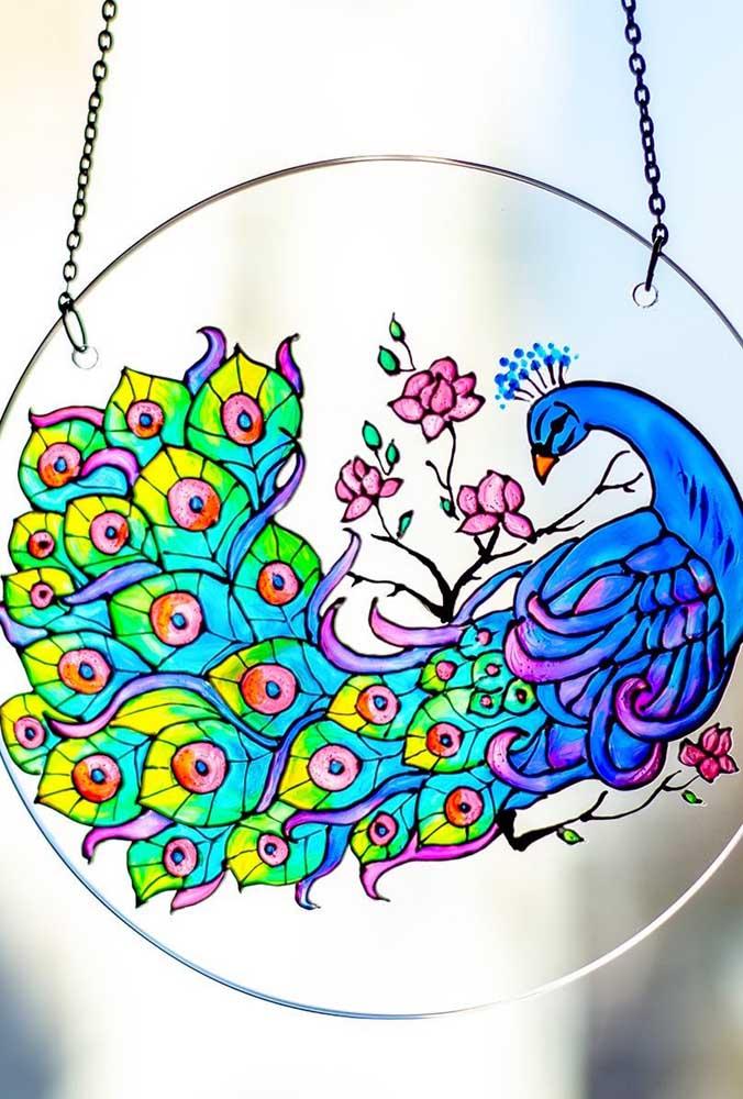 Enfeite de vidro com pintura delicada e super colorida de um pavão