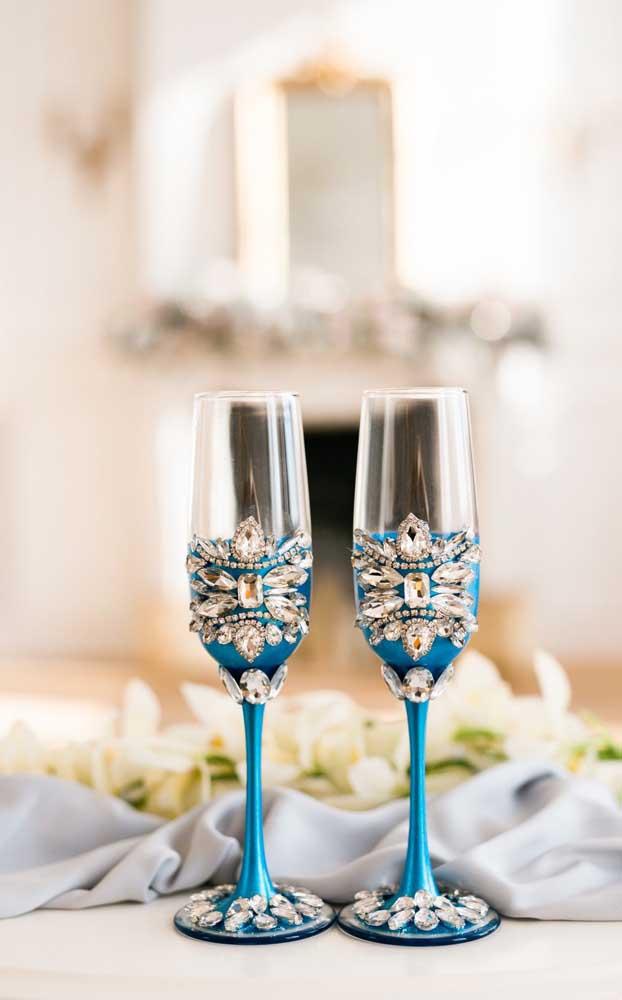 Taças de vidro para lá de sofisticadas com a decoração de pedras!