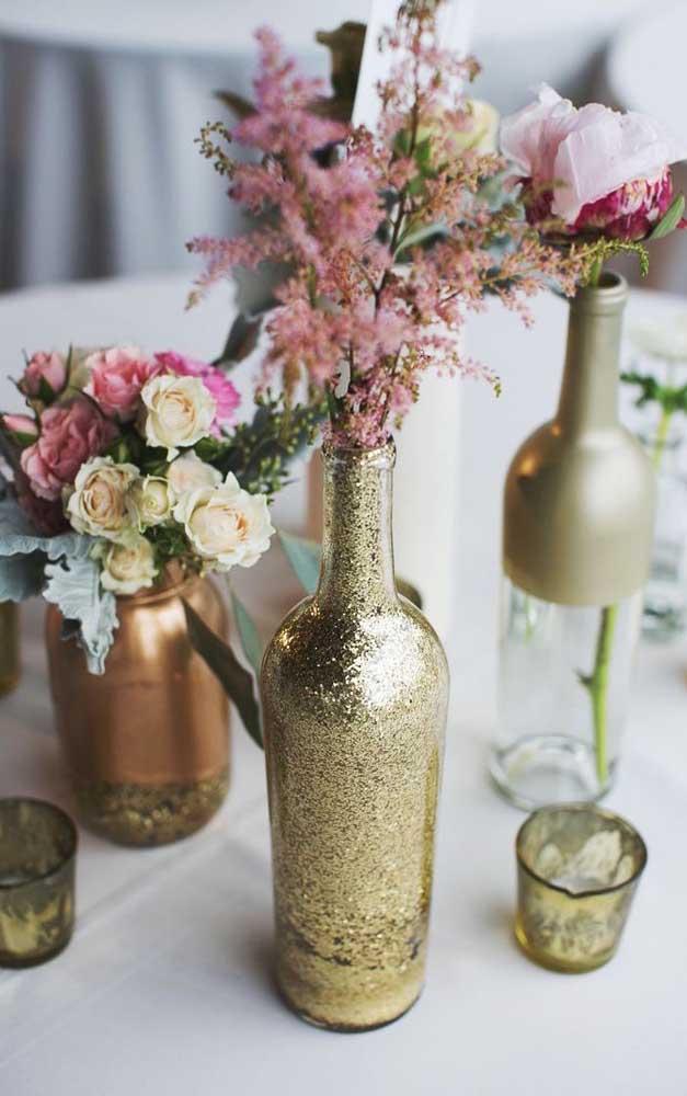 Garrafas de vidro com decorações douradas em glitter e tinta