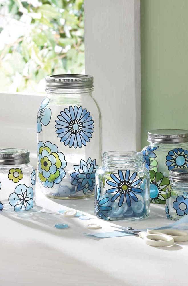 Potes de vidro decorados com flores pintadas à mão