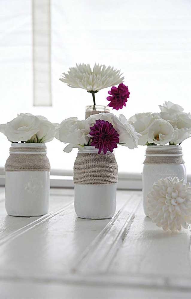 Opção delicada para decorar os potes de vidro com tinta e barbante