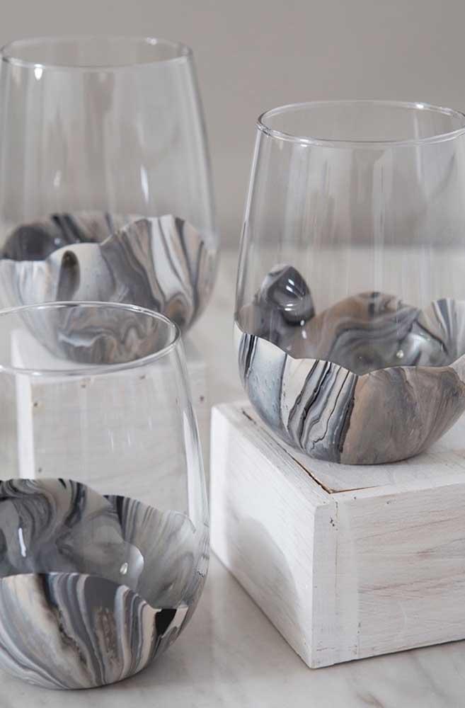 Os copos ficaram lindos com as bases decoradas com tinta formando um efeito marmorizado