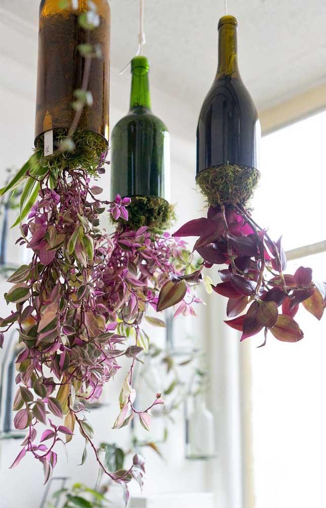 Uma opção criativa e moderna para os vasos suspensos: garrafas de vidro decoradas e cortadas na base
