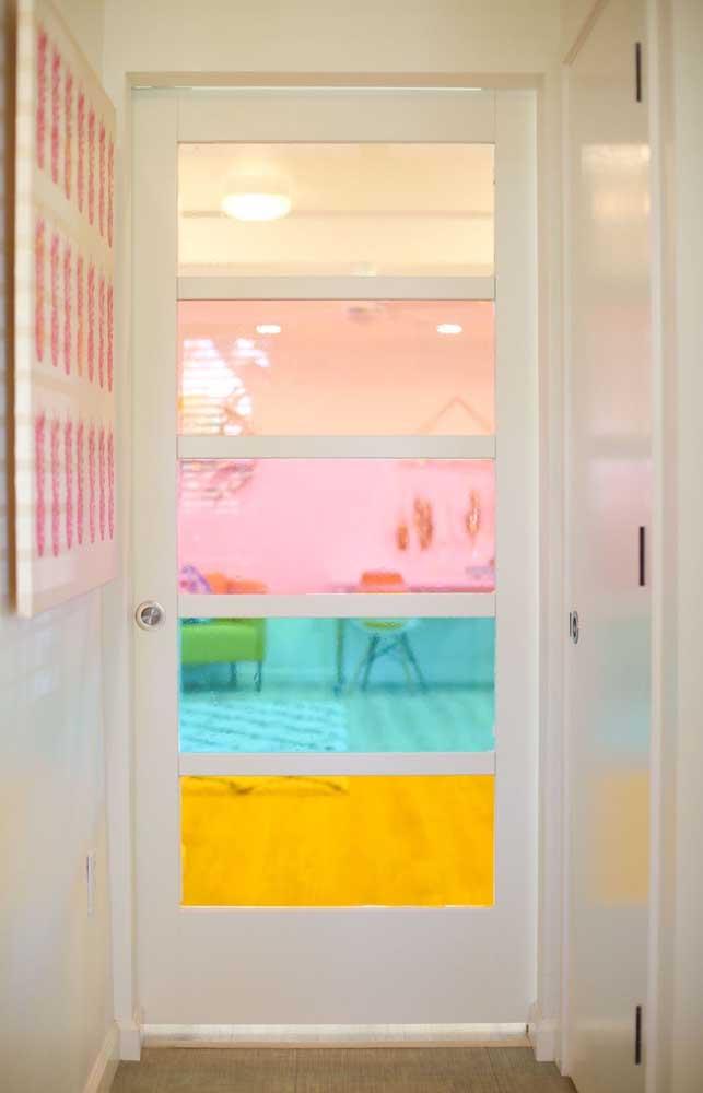 Porta de vidros coloridas, linda inspiração para sua casa!
