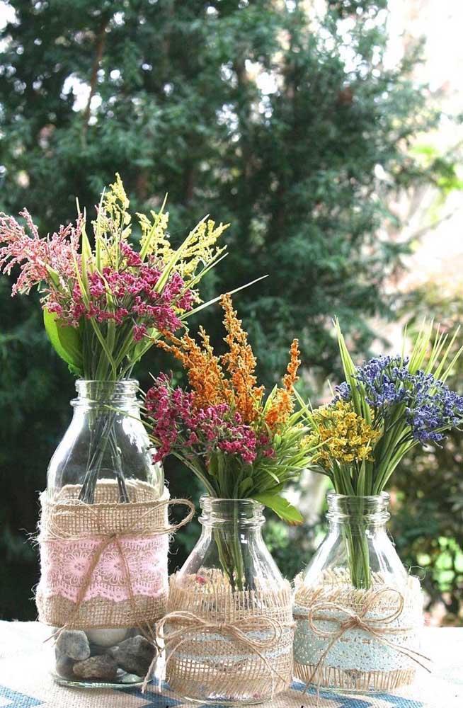 O centro de mesa da festa ficou encantador com a decoração dos potes de vidro com juta