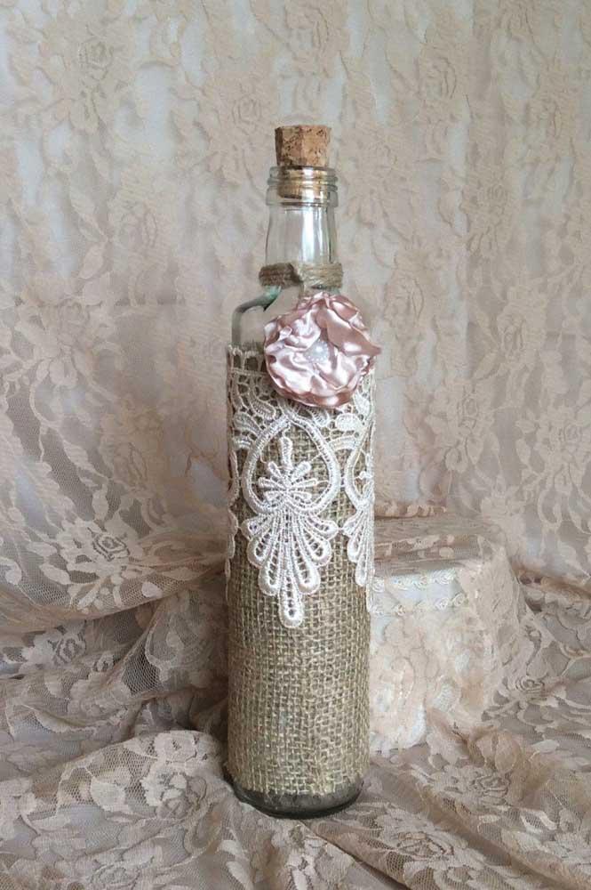 Juta e renda para a decoração da garrafa de vidro: uma proposta romântica e rústica