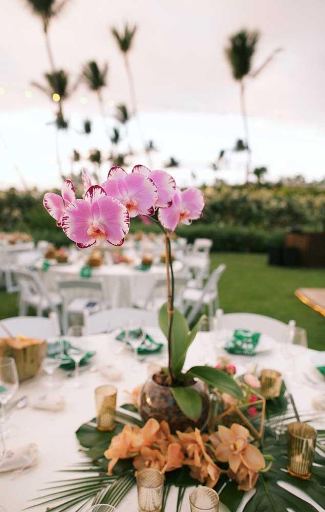 Para cada mesa da festa, um vaso com orquídea Vanda