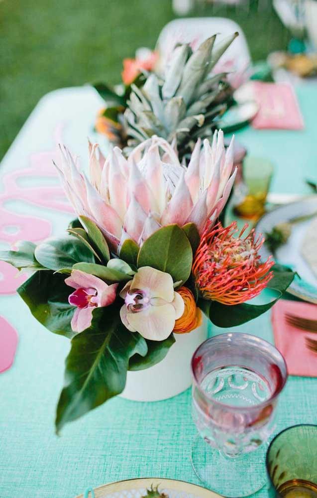 Pequeno arranjo de mesa com flores tropicais, incluindo a orquídea Vanda