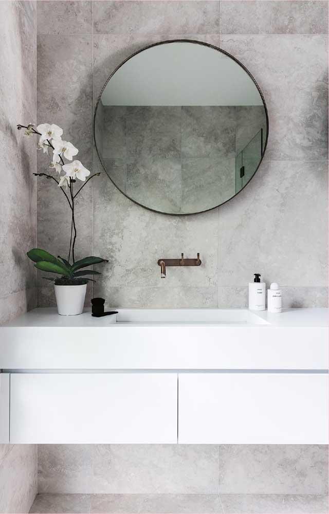 Aquele toque de charme e elegância que todo lavabo precisa e merece, você consegue com um vaso de orquídea Vanda