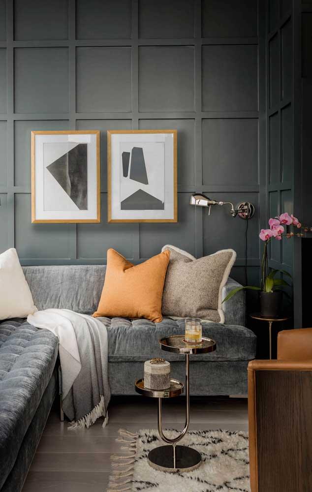 A sala de estar moderna e elegante traz um vaso de orquídea Vanda rosa capaz de roubar a cena
