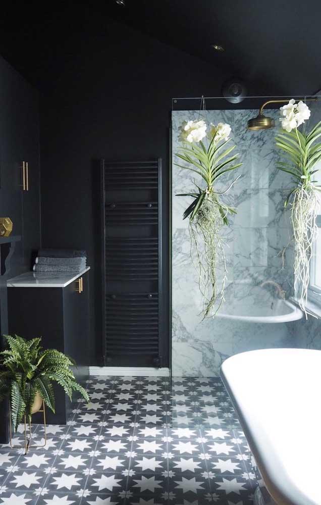 E o que acha desse banheiro aqui? Decorado com uma dupla maravilhosa de Vandas suspensas